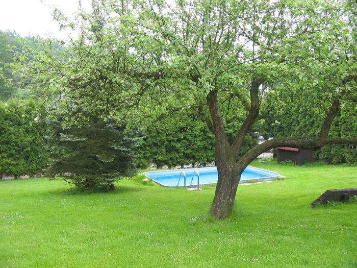 Součástí domova je zahrada s pískovištěm, různými průlezkami a bazénem.